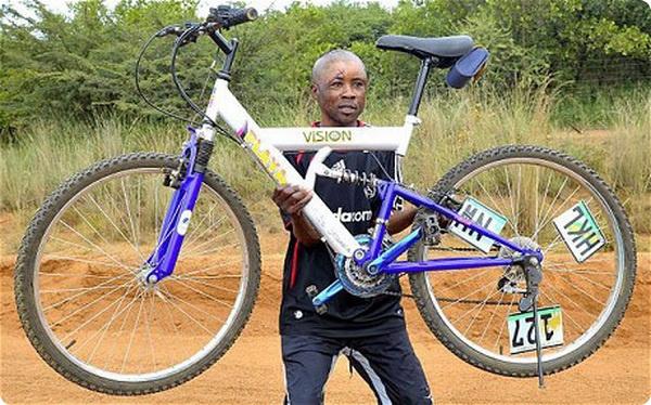 Житель Африки отбился от леопарда велосипедом