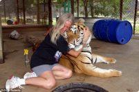 Вики Кеахей и её кошки…