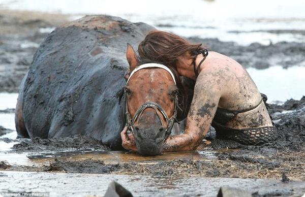 Спасение из грязевой ловушки…