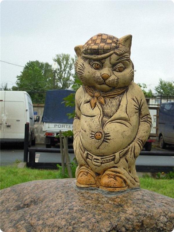 Скульптура «Кот на камне»
